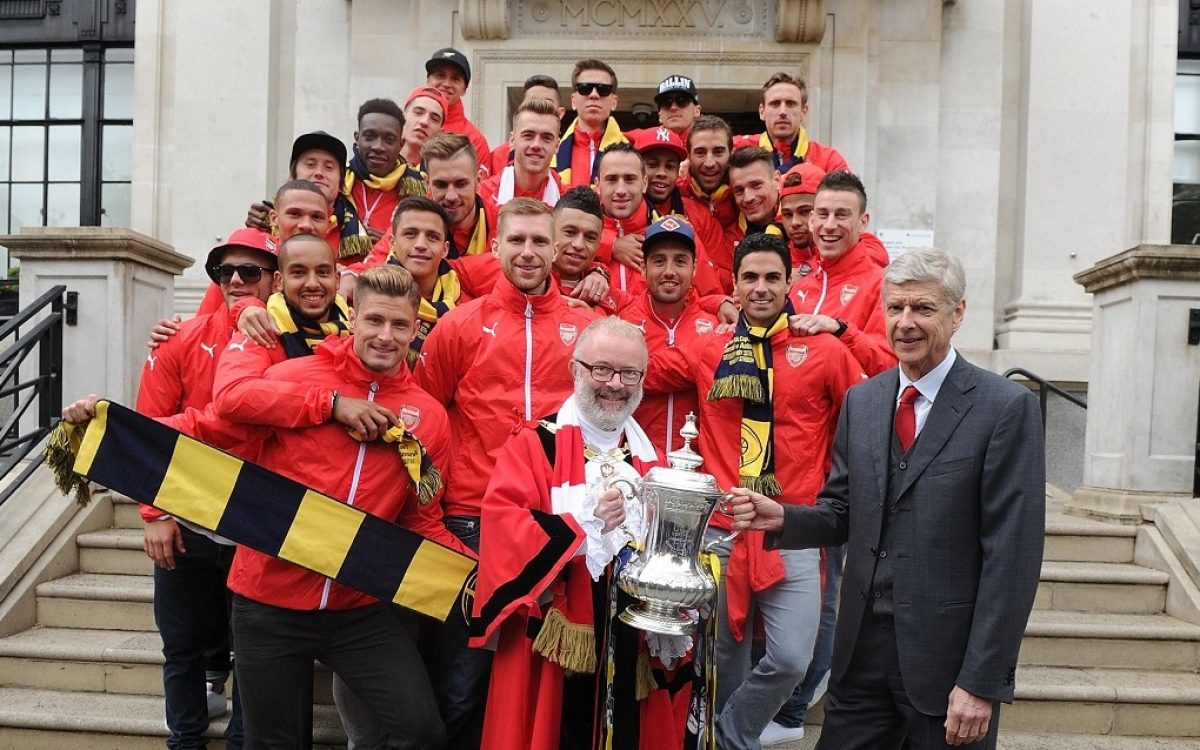 LONDON, ENGLAND - MAY 31: Arsenal manager Arsene Wenger and his squad with the Mayor of Islington at the Arsenal FA Cup Victory Parade in Islington on May 31, 2015 in London, England. (Photo by Stuart MacFarlane/Arsenal FC via Getty Images)